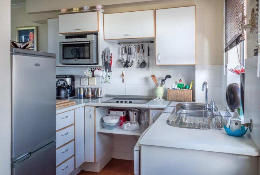 køkken med køleskab