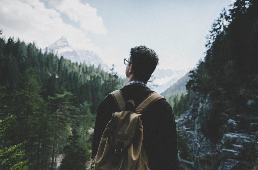 mand som er på vandring i skov