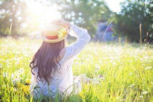 kvinde i græsset