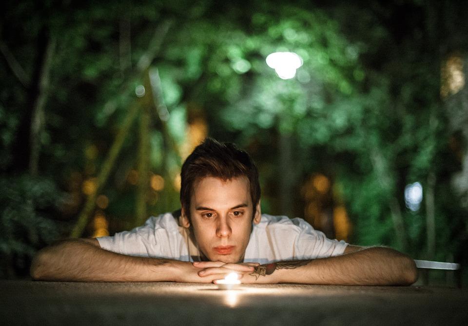 mand stirrer ind i stearinlys