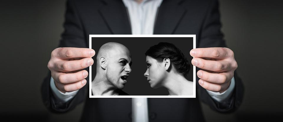 Mand, holder billede af vrede mennesker