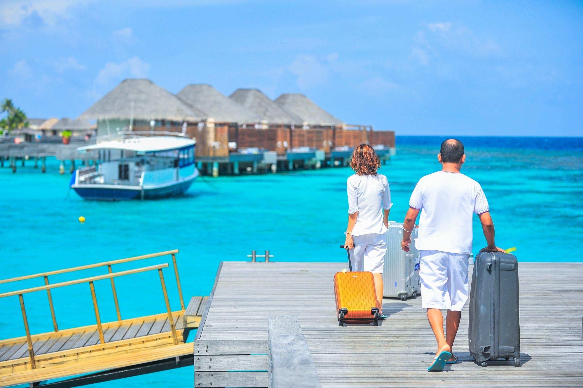 mand og dame på mole med kufferter