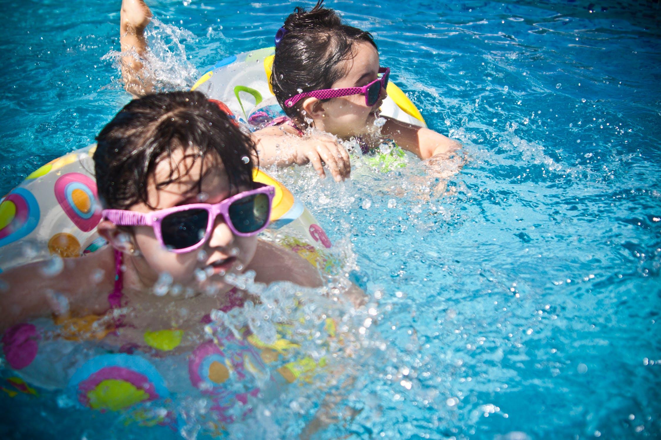 2 piger i en pool