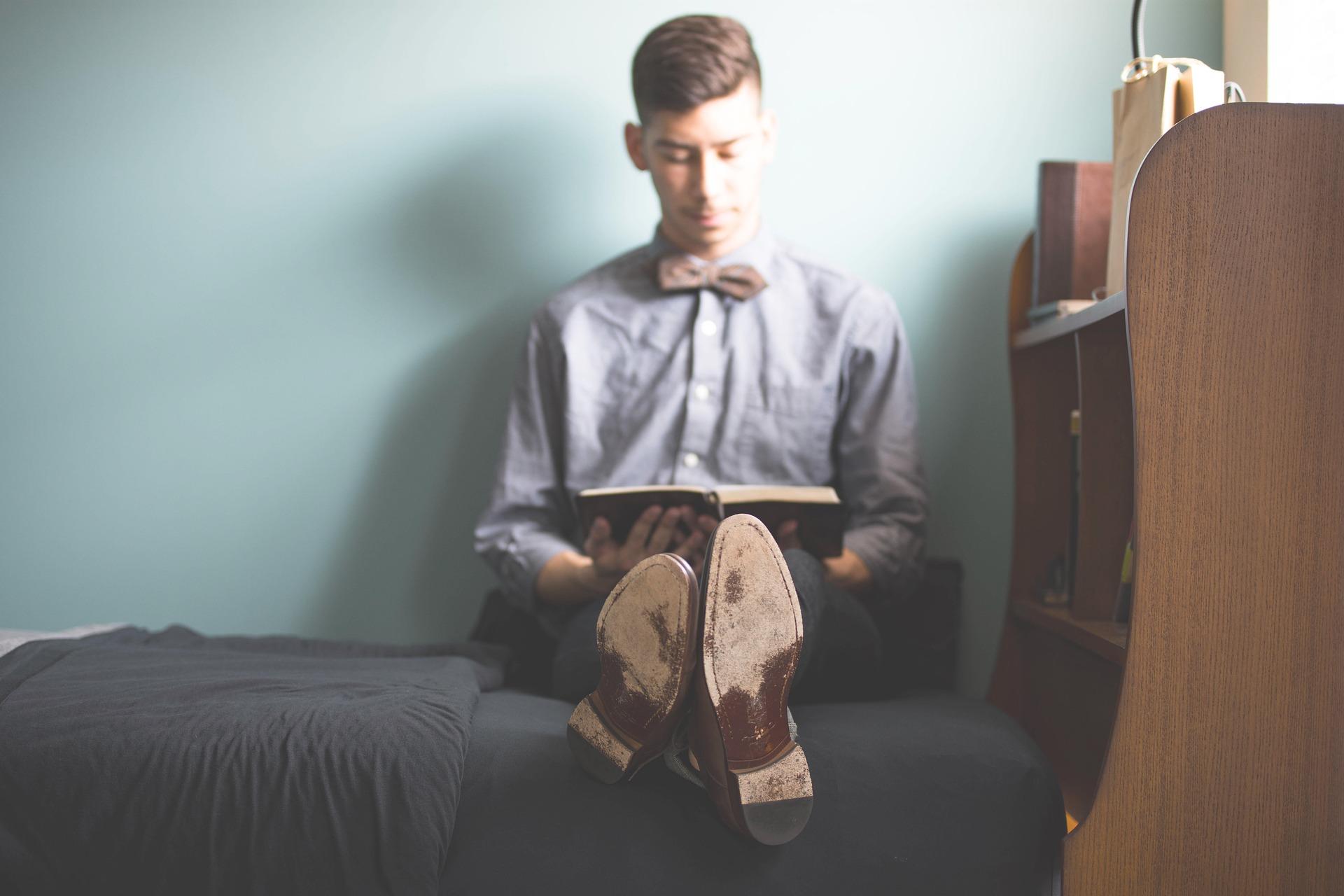 Student sidder og læser